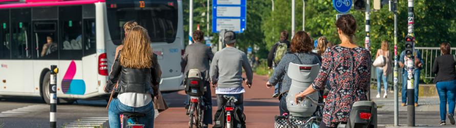 Fietsers en een bus bij station Heyendaal.