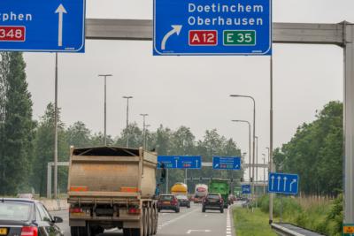 Vrachtverkeer en personenauto's op de Pleyroute, N325.