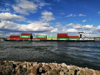 Containerschip Waal bij Nijmegen