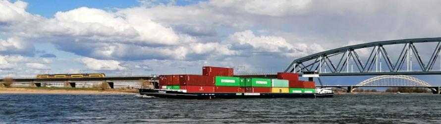 Schip en spoorbrug Nijmegen
