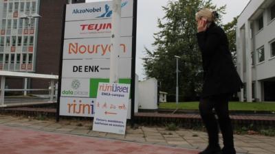 Bewegwijzering op het trottoir voor de Rijn IJssel ENKA-campus in Arnhem